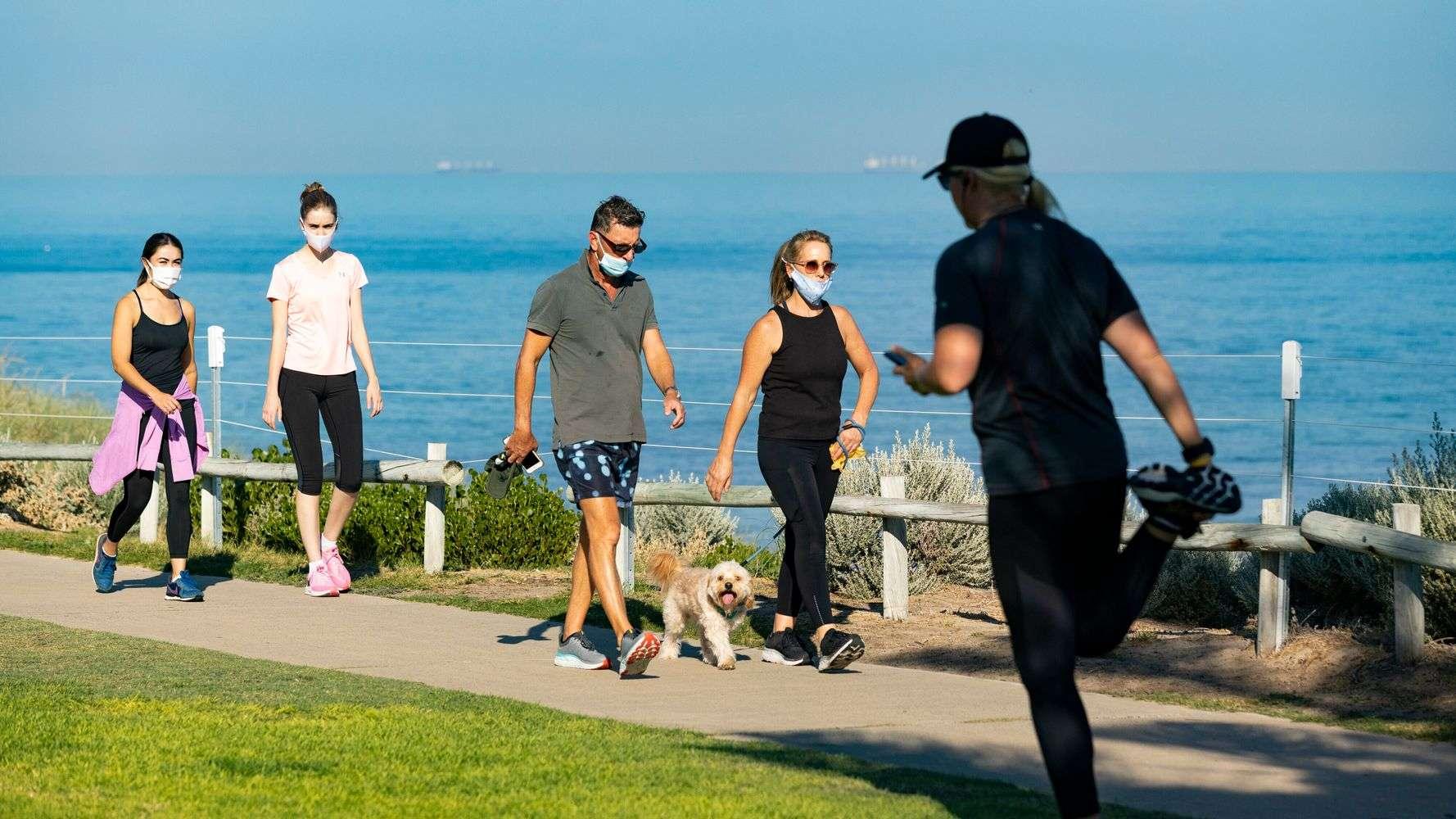CDC: Vakcinisani građani ne moraju da nose maske na otvorenom